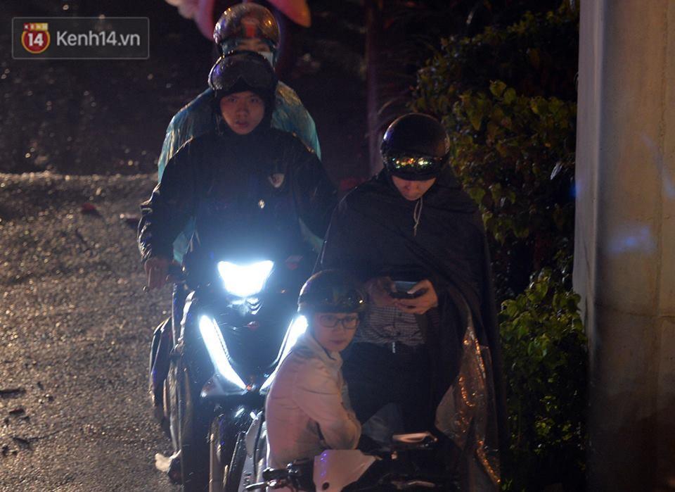 Hà Nội: Nửa đêm, hàng chục xe máy bị ngập nước vẫn xếp hàng dài chờ được sửa chữa sau cơn mưa như trút tối 12/5 - Ảnh 9.