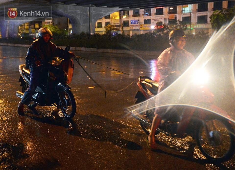 Hà Nội: Nửa đêm, hàng chục xe máy bị ngập nước vẫn xếp hàng dài chờ được sửa chữa sau cơn mưa như trút tối 12/5 - Ảnh 6.