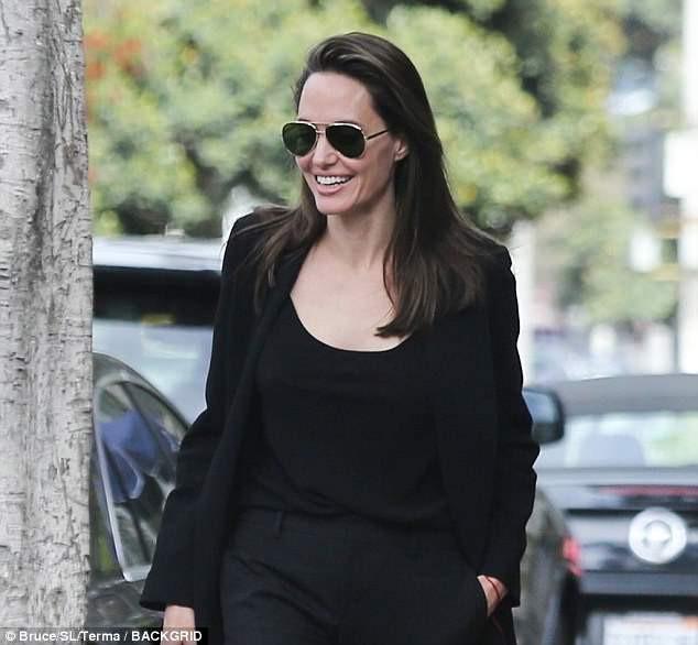 Pax Thiên cao lớn gần bằng Angelina Jolie, lộ mụn tuổi dậy thì khi đi ăn cùng mẹ - Ảnh 4.