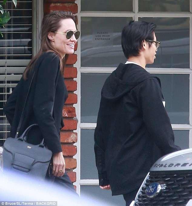 Pax Thiên cao lớn gần bằng Angelina Jolie, lộ mụn tuổi dậy thì khi đi ăn cùng mẹ - Ảnh 3.
