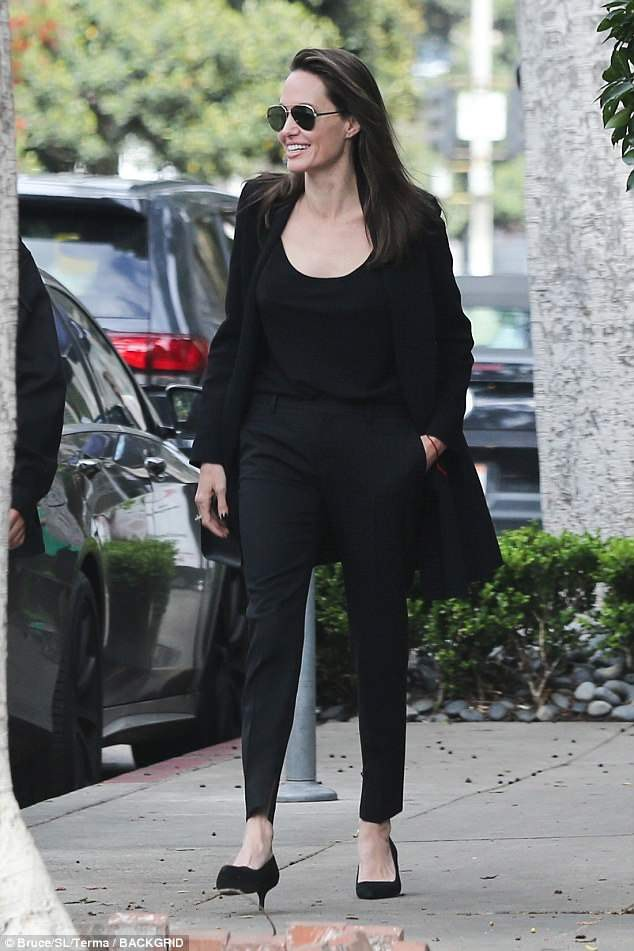 Pax Thiên cao lớn gần bằng Angelina Jolie, lộ mụn tuổi dậy thì khi đi ăn cùng mẹ - Ảnh 5.
