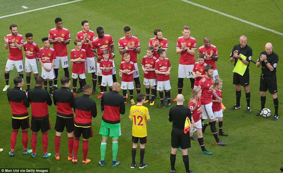 Cầu thủ Man Utd xếp hàng rào danh dự chia tay Carrick - Ảnh 2.