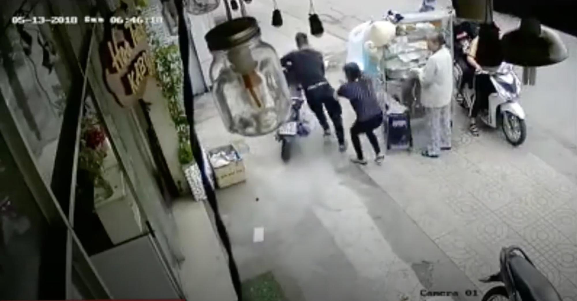 Clip: Tên trộm lợi dụng sơ hở hack xe ngay trước mặt chủ nhà trong một nốt nhạc - Ảnh 2.