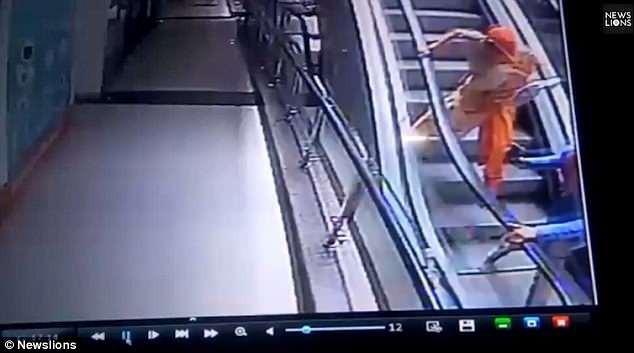 Khoảnh khắc kinh hoàng: Bà mẹ mải chụp ảnh selfie trên thang cuốn khiến con gái 10 tháng tuổi rơi từ tầng 3 xuống đất - Ảnh 3.