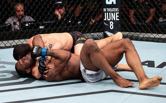 Tài xế Uber gây sốc khi đánh bất tỉnh đối thủ sừng sỏ tại đấu trường UFC - Ảnh 1.