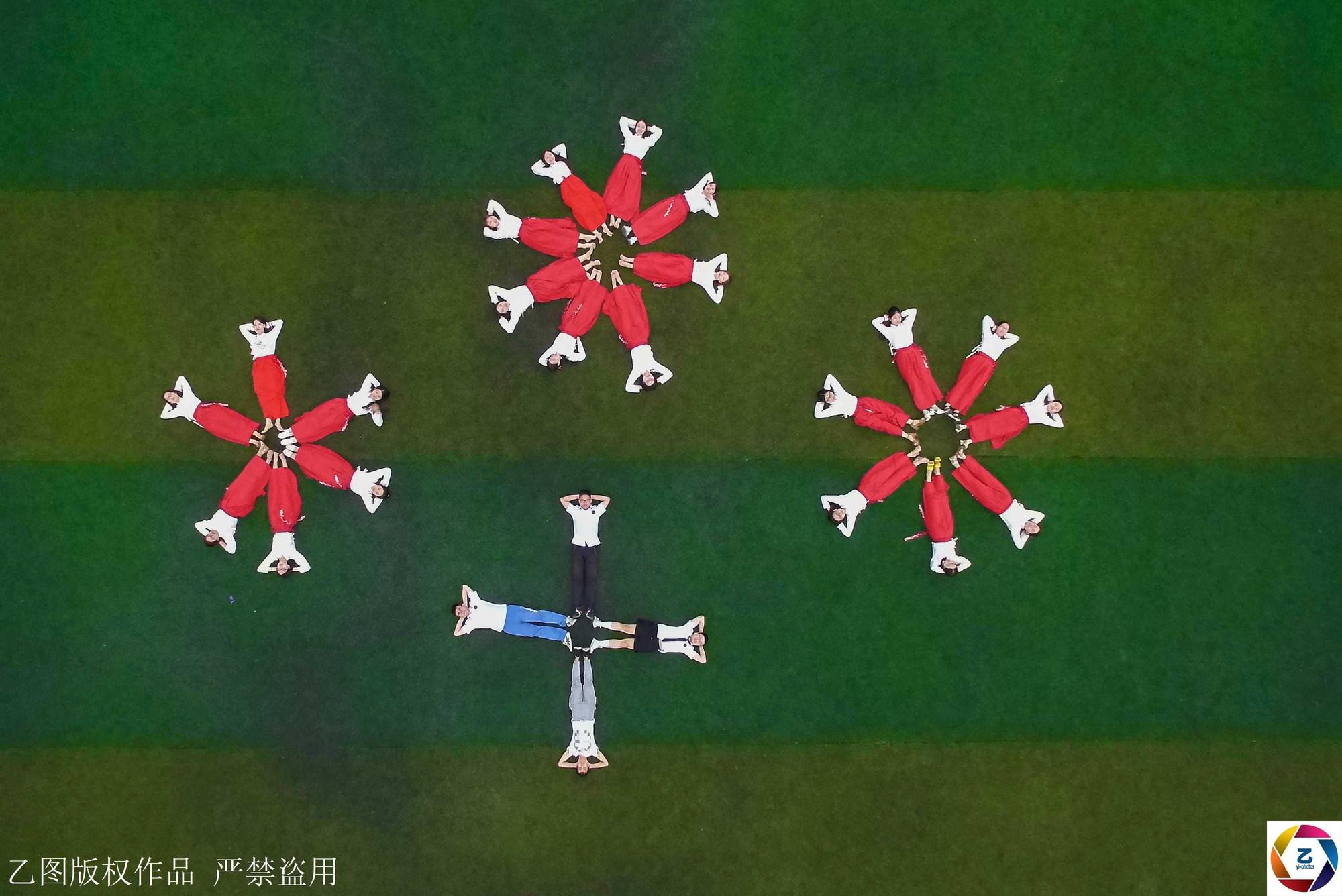 Kỷ yếu của học sinh Trung Quốc: Lầy lội nhưng sáng tạo và chất không kém Việt Nam - Ảnh 4.