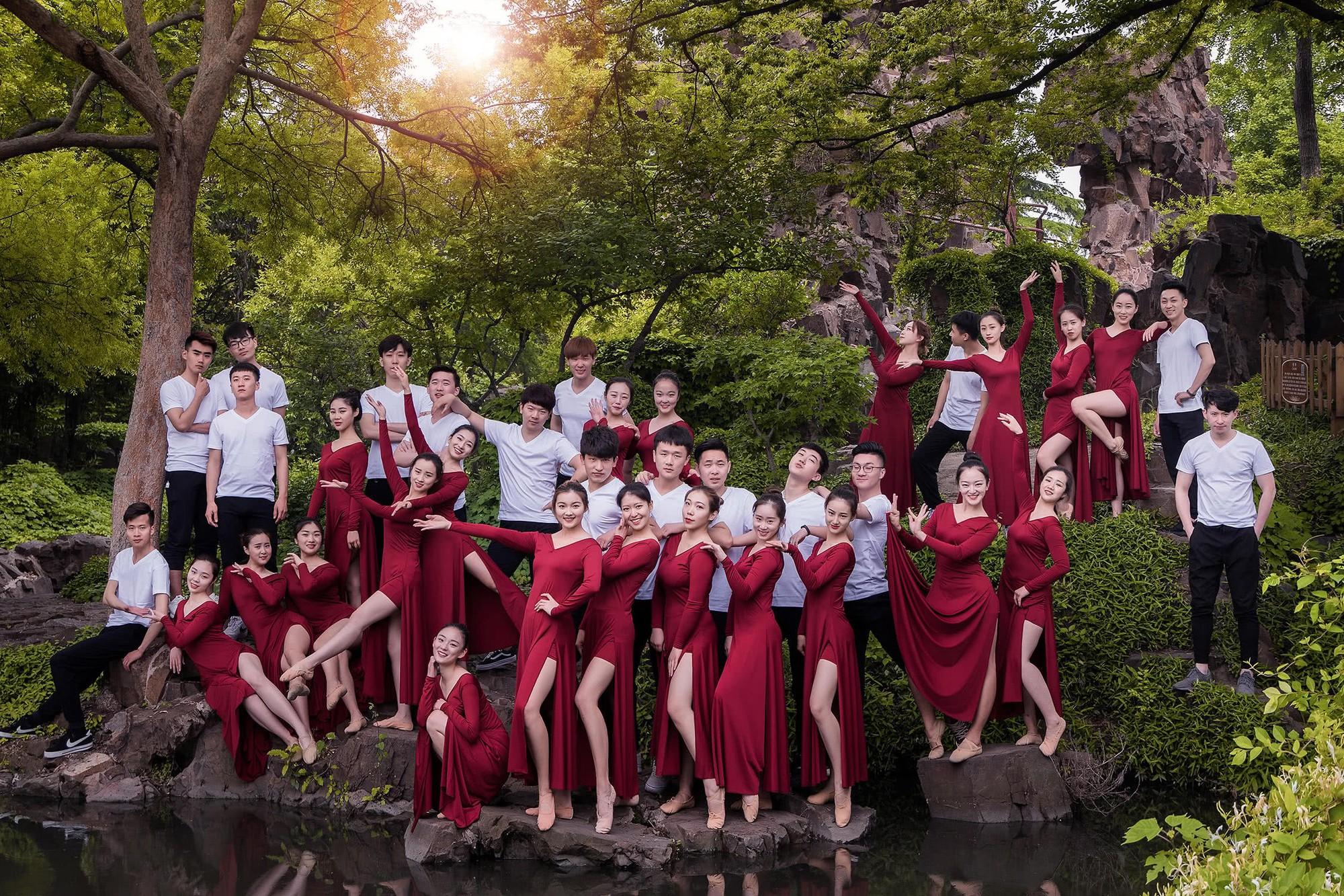 Kỷ yếu của học sinh Trung Quốc: Lầy lội nhưng sáng tạo và chất không kém Việt Nam - Ảnh 13.