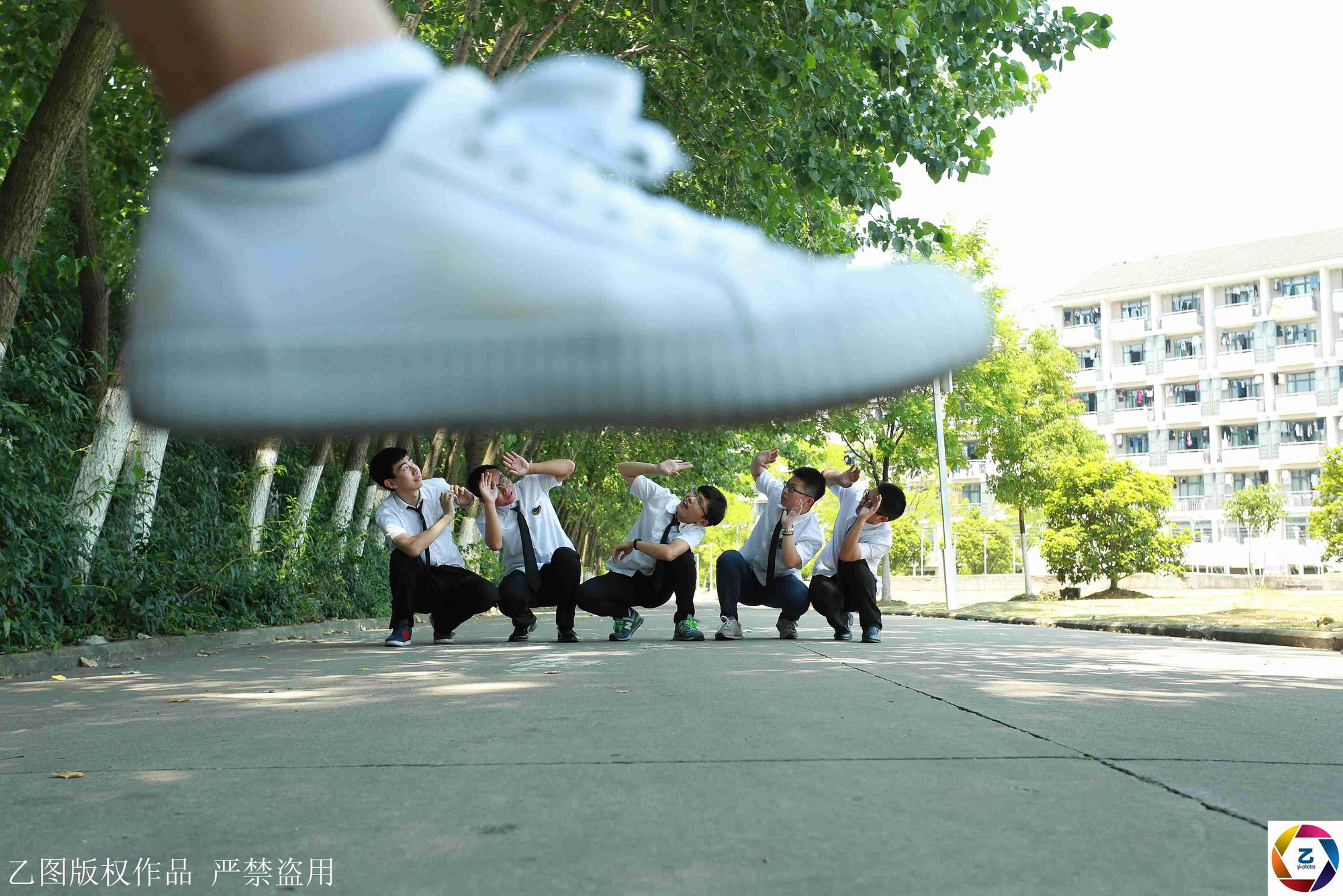 Kỷ yếu của học sinh Trung Quốc: Lầy lội nhưng sáng tạo và chất không kém Việt Nam - Ảnh 16.
