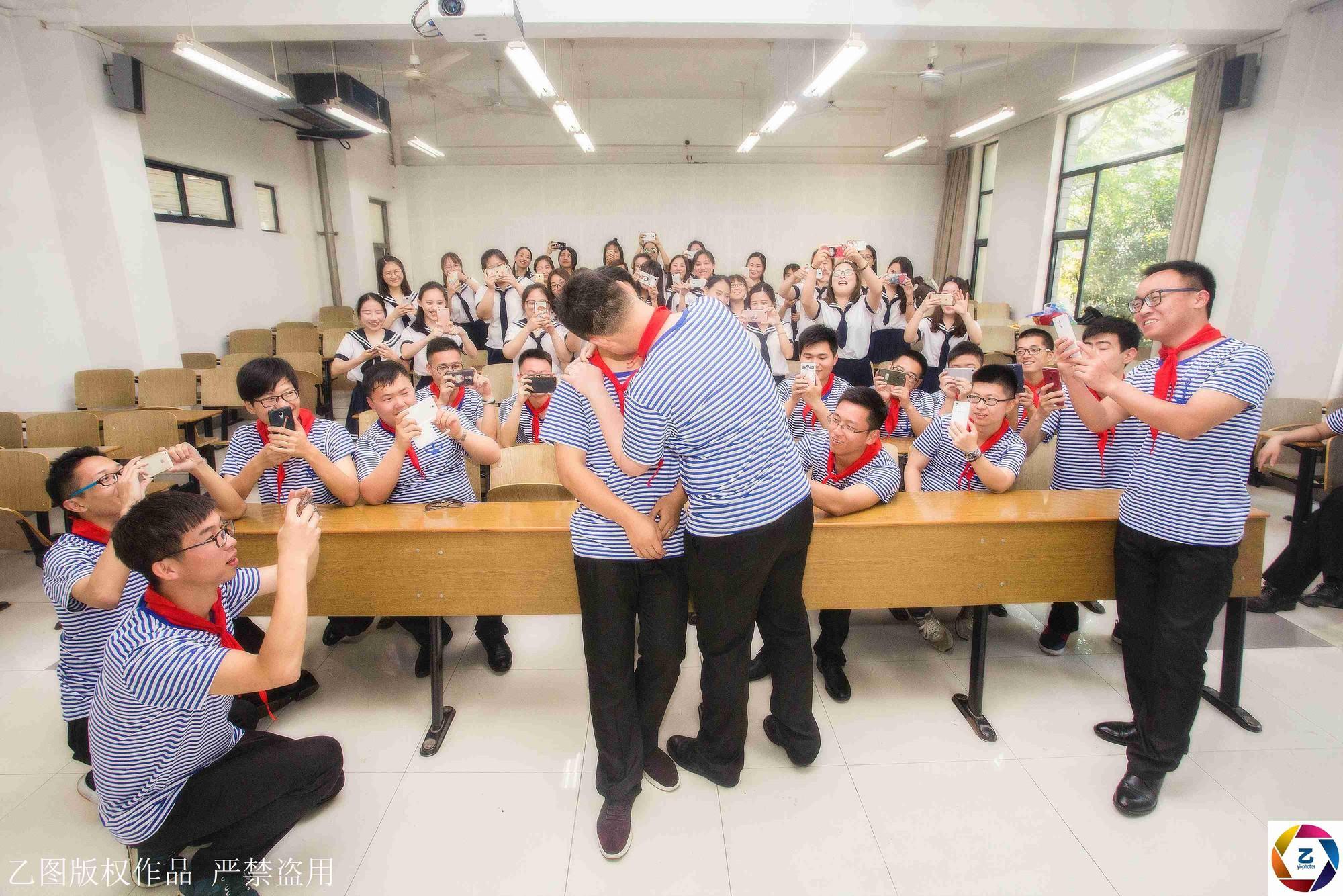 Kỷ yếu của học sinh Trung Quốc: Lầy lội nhưng sáng tạo và chất không kém Việt Nam - Ảnh 18.