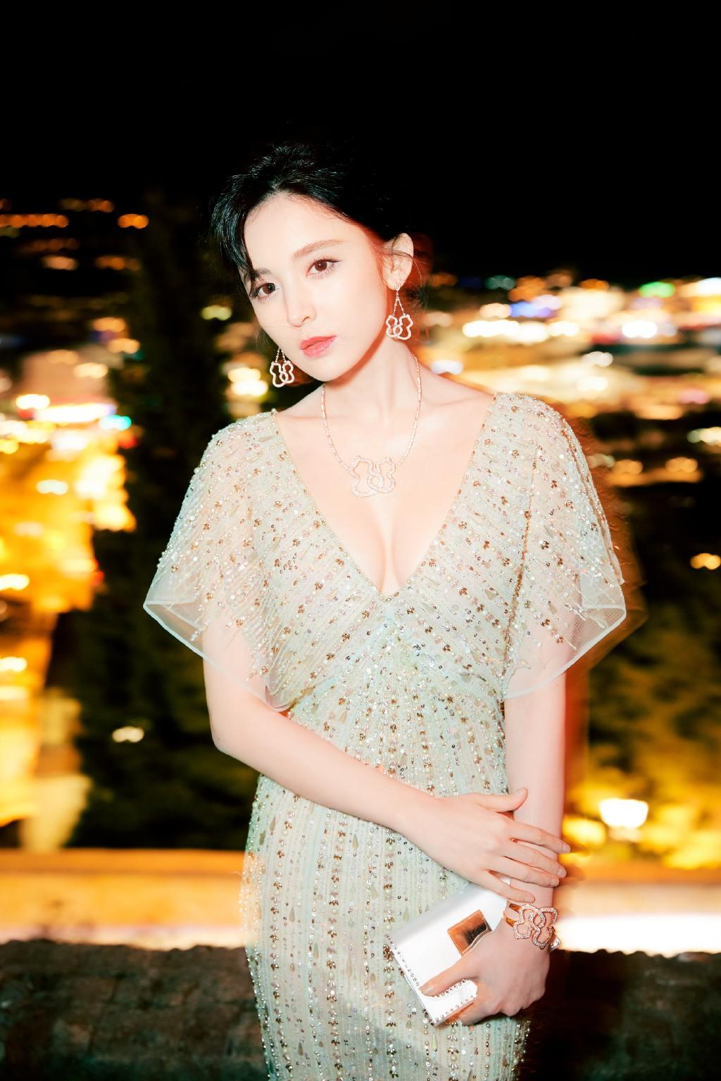 Vắng bóng Phạm Băng Băng, đây là mỹ nhân khiến dân tình trầm trồ vì đẹp đẳng cấp trong những ngày tại Cannes - Ảnh 11.