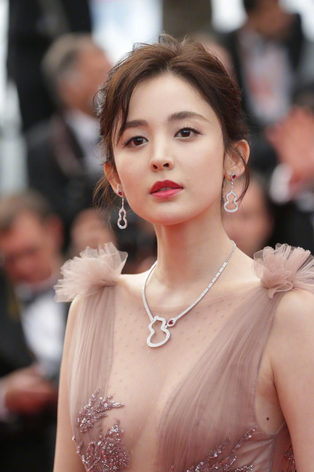 Vắng bóng Phạm Băng Băng, đây là mỹ nhân khiến dân tình trầm trồ vì đẹp đẳng cấp trong những ngày tại Cannes - Ảnh 6.
