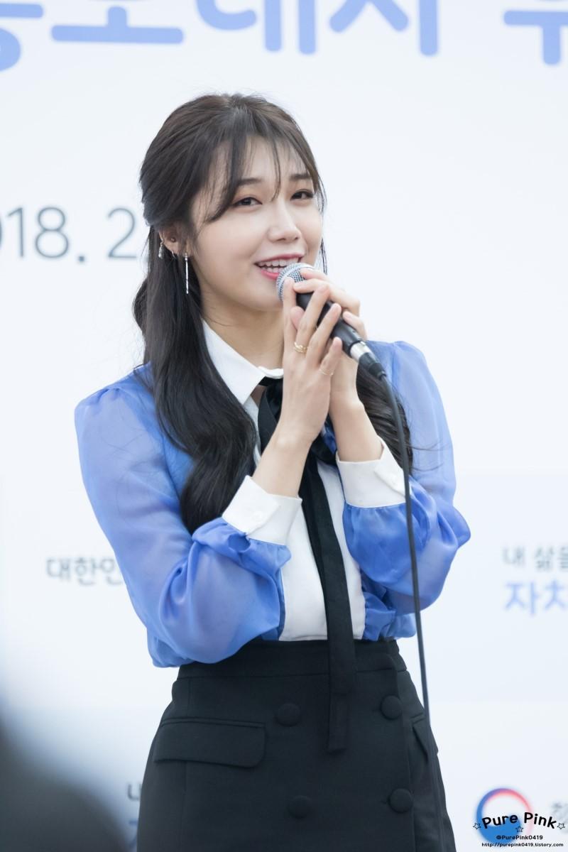 """Một chiếc áo mà 9 idol cùng mặc: Lisa (Black Pink) """"ngầu"""" hết cỡ, IU lại trẻ như học sinh - Ảnh 5."""