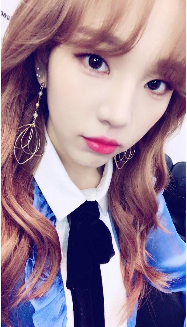 """Một chiếc áo mà 9 idol cùng mặc: Lisa (Black Pink) """"ngầu"""" hết cỡ, IU lại trẻ như học sinh - Ảnh 6."""