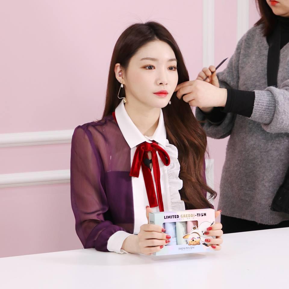 """Một chiếc áo mà 9 idol cùng mặc: Lisa (Black Pink) """"ngầu"""" hết cỡ, IU lại trẻ như học sinh - Ảnh 7."""