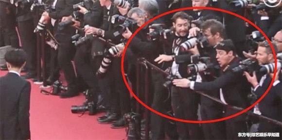 Lần đầu đến Cannes, Hoàng Tử Thao bị phóng viên quốc tế xua đuổi phũ phàng vì đứng chắn mỹ nhân khác - Ảnh 3.