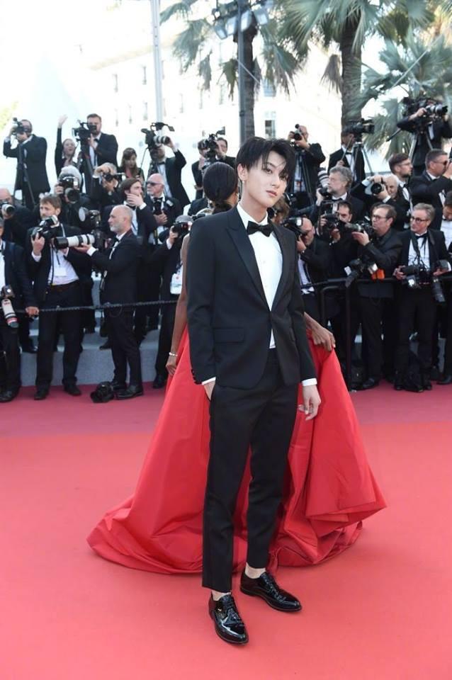 Lần đầu đến Cannes, Hoàng Tử Thao bị phóng viên quốc tế xua đuổi phũ phàng vì đứng chắn mỹ nhân khác - Ảnh 2.