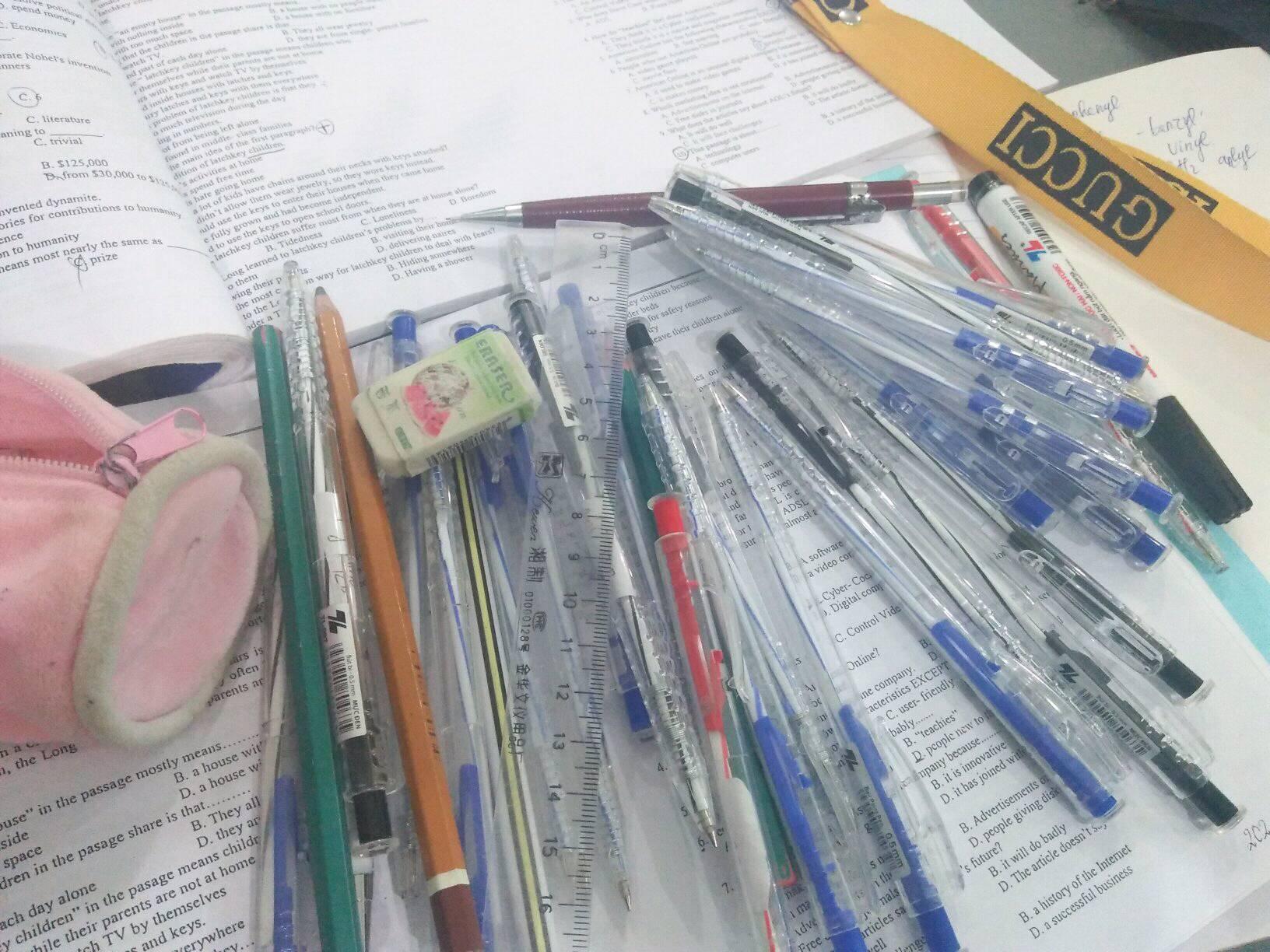 Gia tài của học sinh: 12 năm đi học gom được cả tấn bút, thước các loại - Ảnh 2.