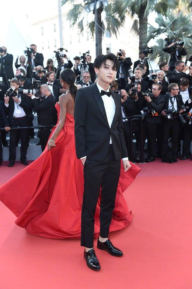 Lần đầu đến Cannes, Hoàng Tử Thao bị phóng viên quốc tế xua đuổi phũ phàng vì đứng chắn mỹ nhân khác - Ảnh 7.