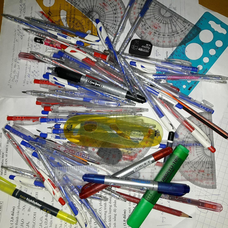 Gia tài của học sinh: 12 năm đi học gom được cả tấn bút, thước các loại - Ảnh 1.