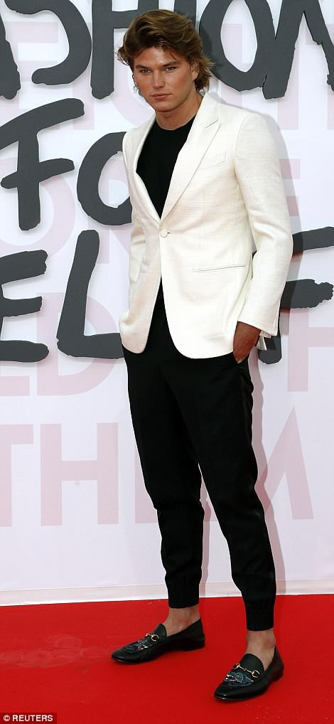 Cuộc chiến nhan sắc tại Cannes: Paris Hilton U40 vẫn đẹp như công chúa, Kendall khoe chân dài quá sexy - Ảnh 14.