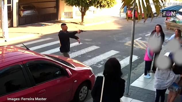 Sử dụng súng để trấn lột ở cổng trường học, tên cướp bỏ mạng vì trấn nhầm người - Ảnh 1.