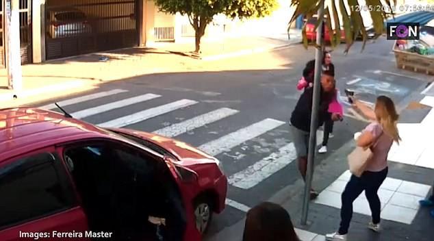 Sử dụng súng để trấn lột ở cổng trường học, tên cướp bỏ mạng vì trấn nhầm người - Ảnh 2.