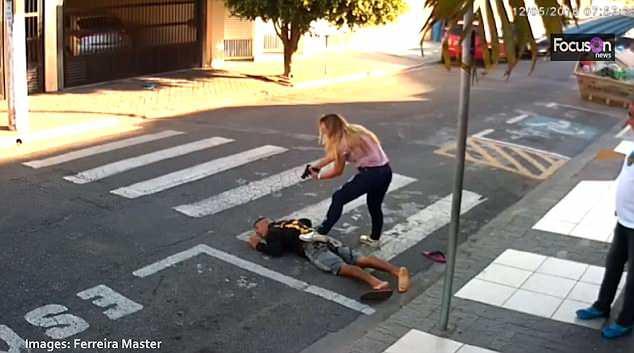 Sử dụng súng để trấn lột ở cổng trường học, tên cướp bỏ mạng vì trấn nhầm người - Ảnh 3.