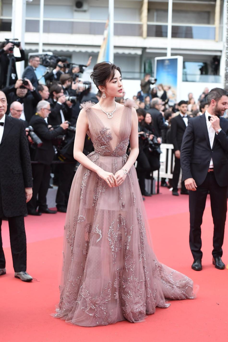 Vắng bóng Phạm Băng Băng, đây là mỹ nhân khiến dân tình trầm trồ vì đẹp đẳng cấp trong những ngày tại Cannes - Ảnh 4.