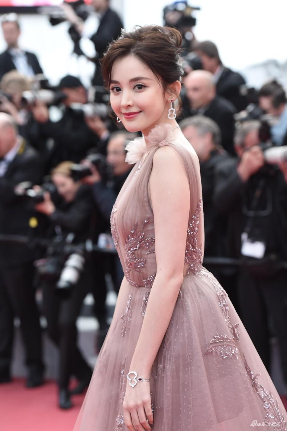 Thảm đỏ LHP Cannes: Cổ Lực Na Trát hở ngực gợi cảm nhưng bị loạt mỹ nhân châu Á khác át vía - Ảnh 3.