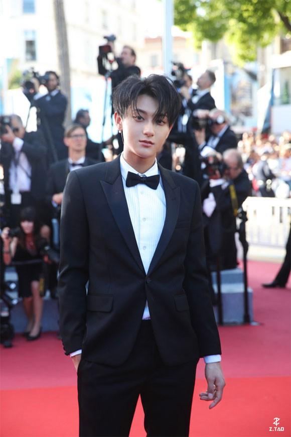 Lần đầu đến Cannes, Hoàng Tử Thao bị phóng viên quốc tế xua đuổi phũ phàng vì đứng chắn mỹ nhân khác - Ảnh 1.