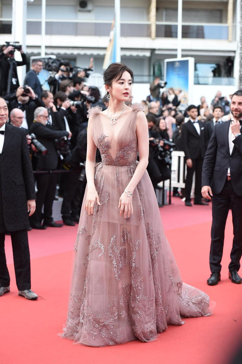 Thảm đỏ LHP Cannes: Cổ Lực Na Trát hở ngực gợi cảm nhưng bị loạt mỹ nhân châu Á khác át vía - Ảnh 1.