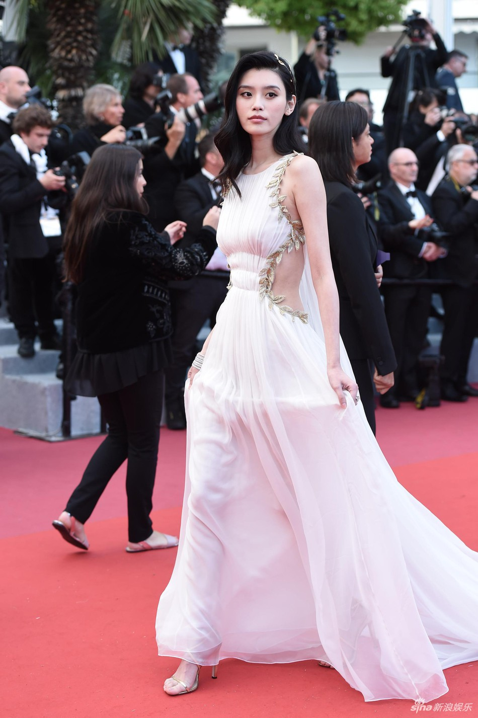 Thảm đỏ LHP Cannes: Cổ Lực Na Trát hở ngực gợi cảm nhưng bị loạt mỹ nhân châu Á khác át vía - Ảnh 5.