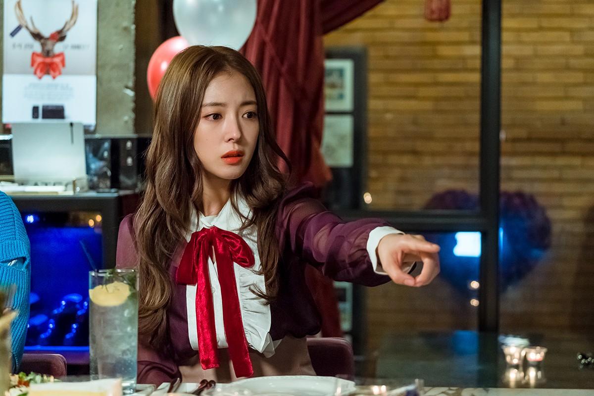 """Một chiếc áo mà 9 idol cùng mặc: Lisa (Black Pink) """"ngầu"""" hết cỡ, IU lại trẻ như học sinh - Ảnh 8."""