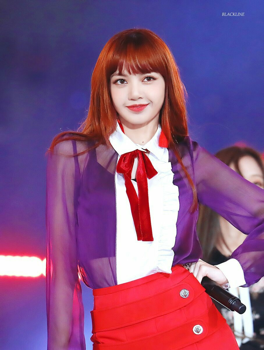 """Một chiếc áo mà 9 idol cùng mặc: Lisa (Black Pink) """"ngầu"""" hết cỡ, IU lại trẻ như học sinh - Ảnh 1."""
