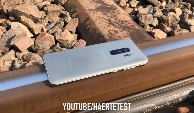 Để Galaxy S9 Plus dưới đường ray tàu hỏa và cái kết không thể đau lòng hơn - Ảnh 1.
