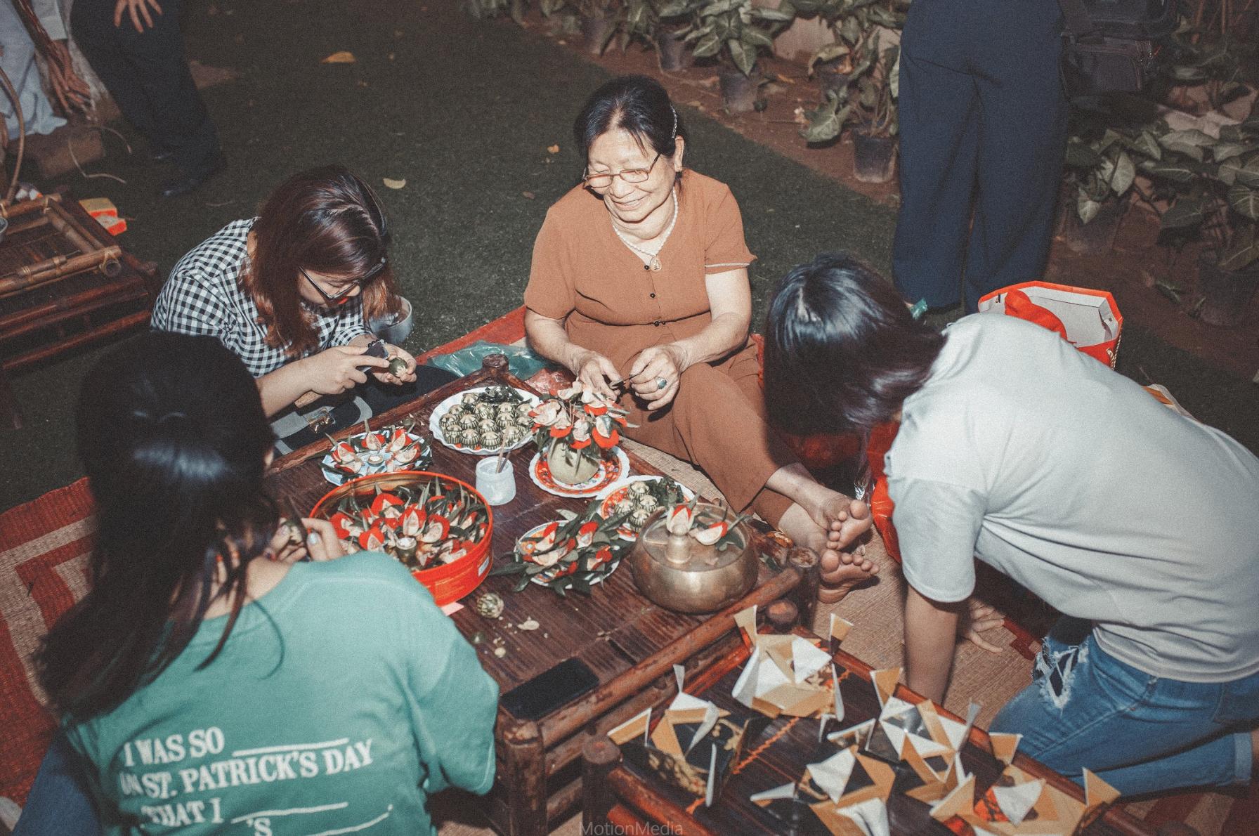 Sinh viên báo chí tổ chức triển lãm không gian cưới thập niên 80s, 90s ngay giữa lòng Hà Nội - Ảnh 8.