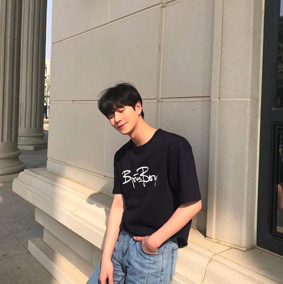 Chàng trai Hàn Quốc này sẽ khiến bạn phải thốt lên: Đẹp như tranh hoá ra là có thật! - Ảnh 1.