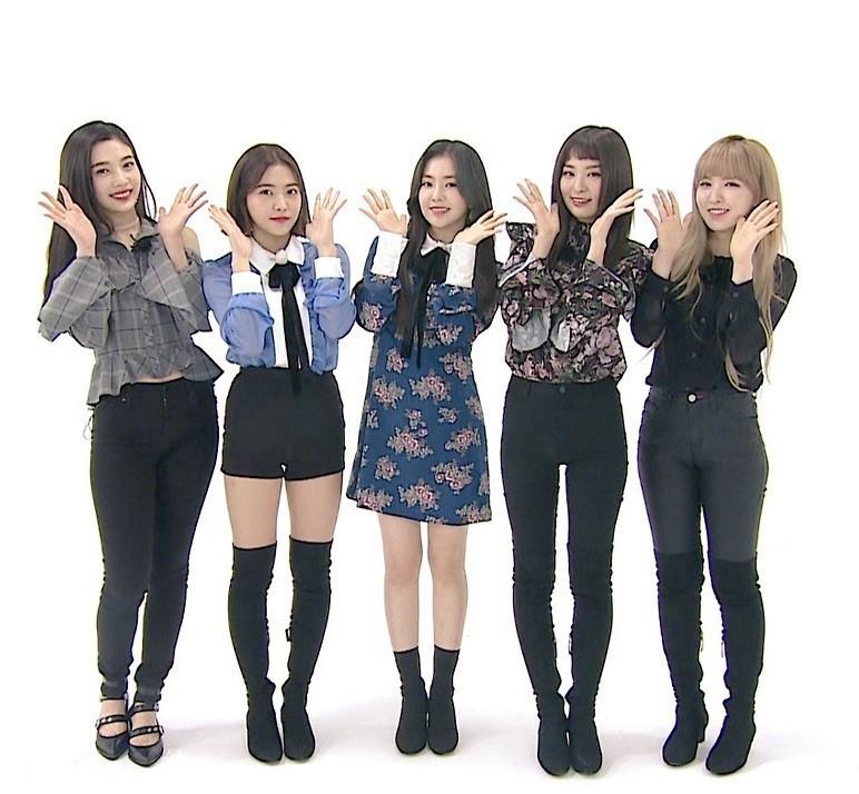 """Một chiếc áo mà 9 idol cùng mặc: Lisa (Black Pink) """"ngầu"""" hết cỡ, IU lại trẻ như học sinh - Ảnh 4."""
