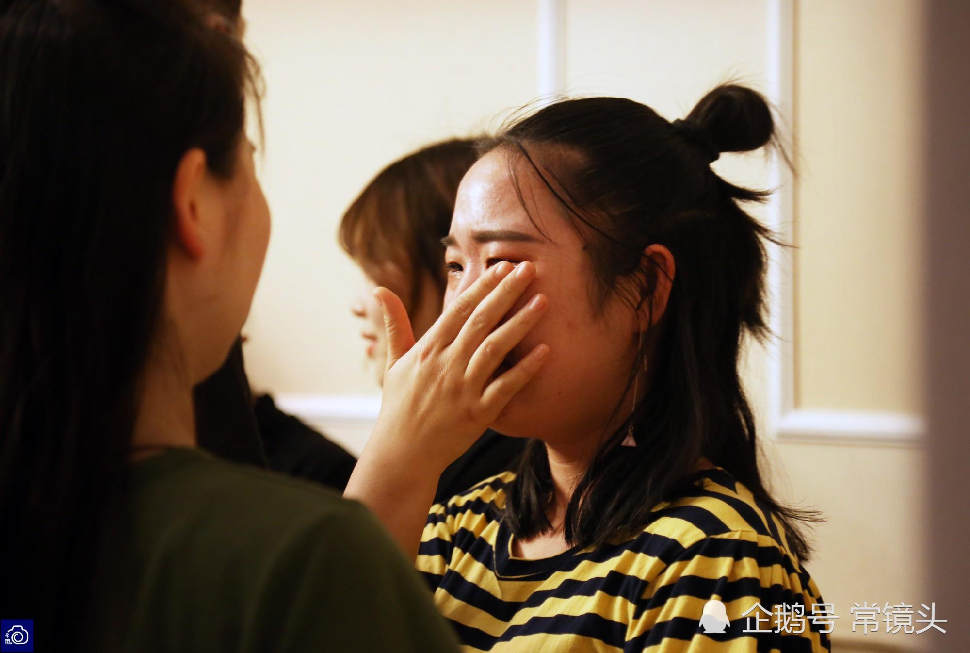 Học sinh cuối cấp ôm nhau khóc nức nở trong tiệc chia tay: Tạm biệt nhé, thanh xuân! - Ảnh 3.