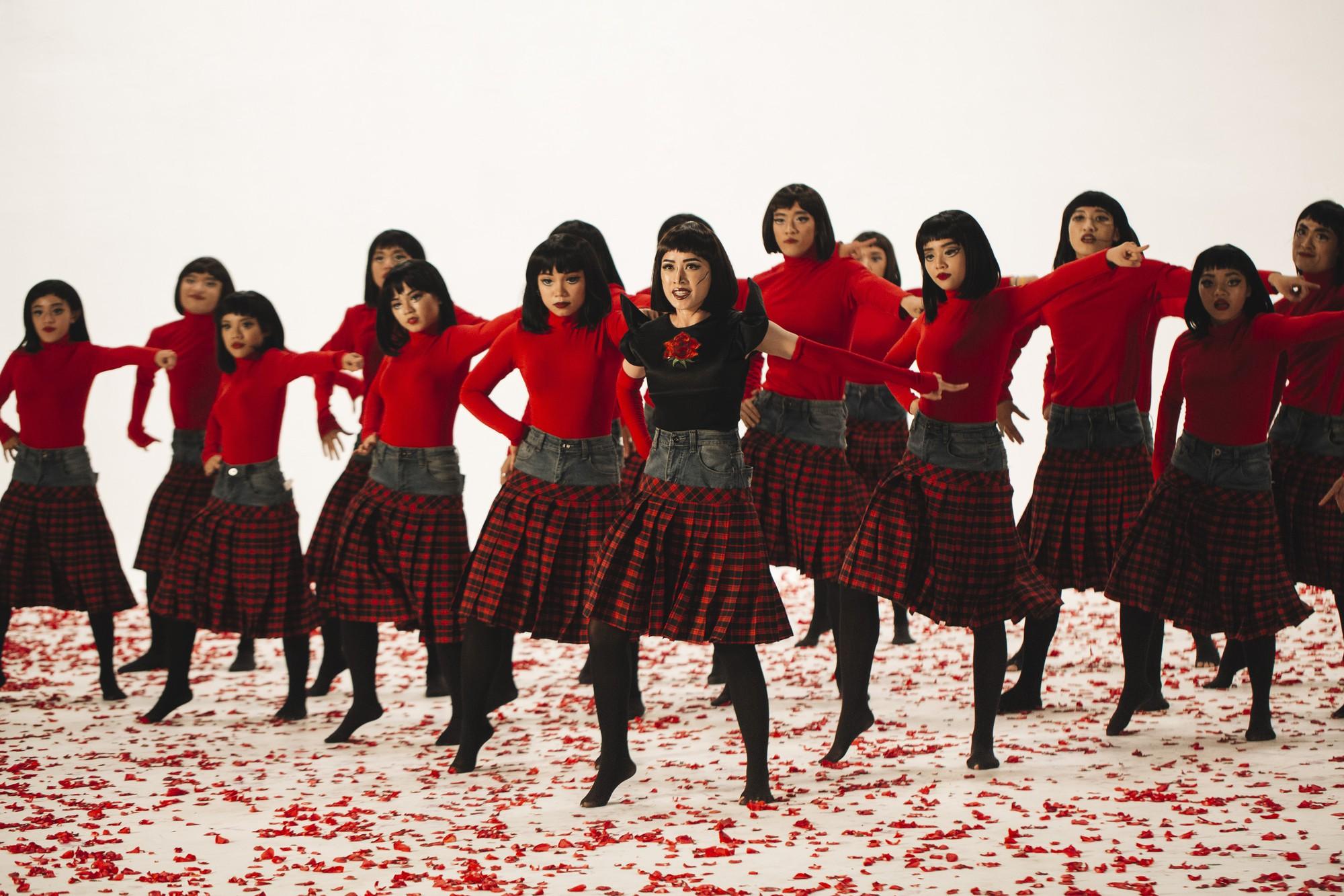 Chi Pu tung MV Dance lạ mắt với vũ đạo độc đáo, thực hiện 2 phiên bản cho sản phẩm trở lại - Ảnh 3.