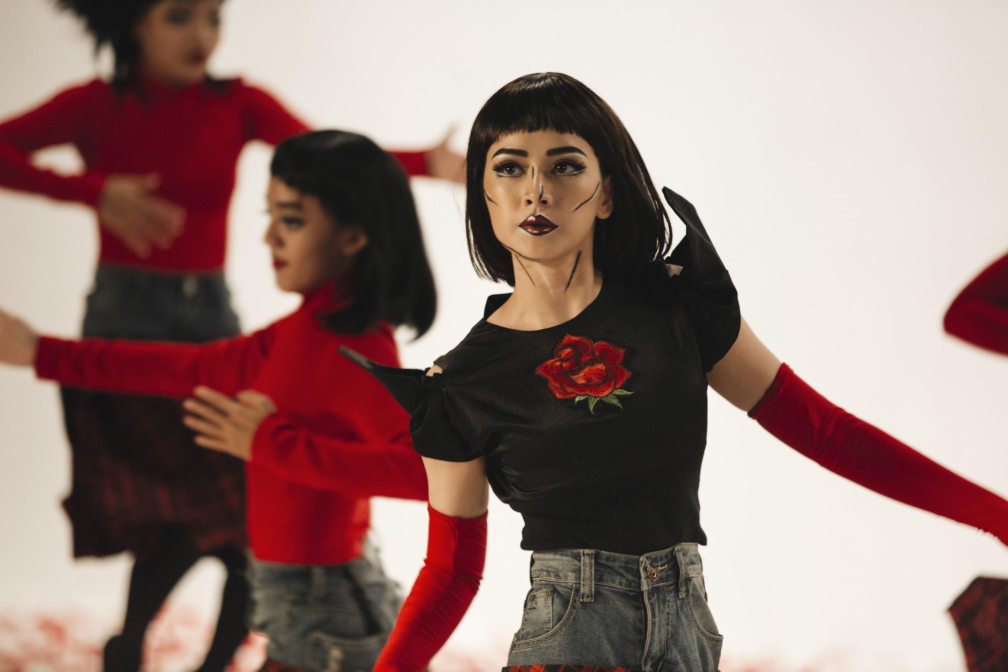 Chi Pu tung MV Dance lạ mắt với vũ đạo độc đáo, thực hiện 2 phiên bản cho sản phẩm trở lại - Ảnh 4.