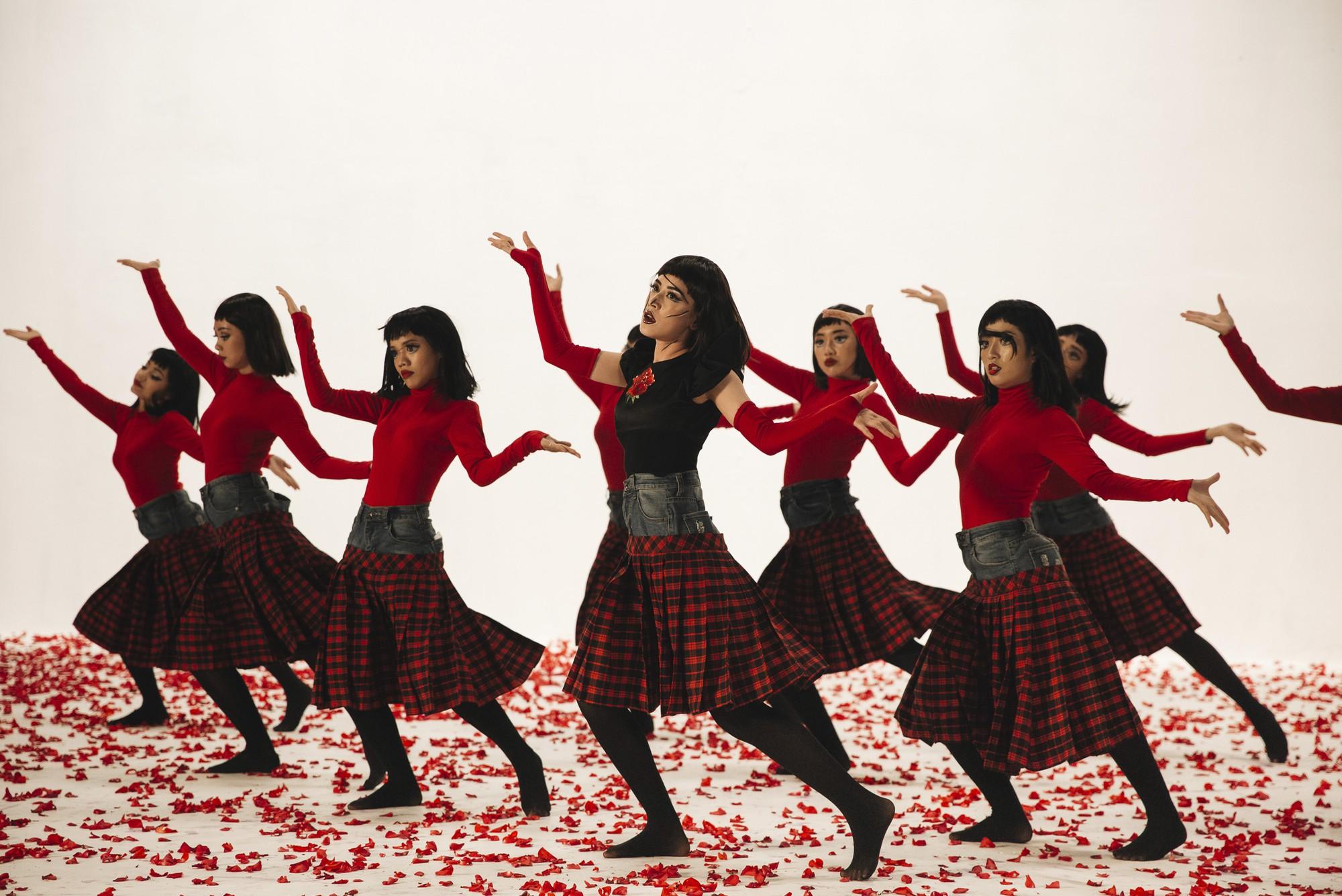Chi Pu tung MV Dance lạ mắt với vũ đạo độc đáo, thực hiện 2 phiên bản cho sản phẩm trở lại - Ảnh 5.