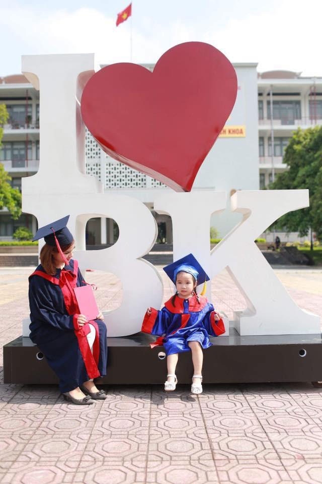 Nữ sinh Bách Khoa nhận bằng tốt nghiệp cùng con gái 3 tuổi: Làm mẹ đơn thân, sinh con xong 1 tuần đã lại đi làm - Ảnh 3.