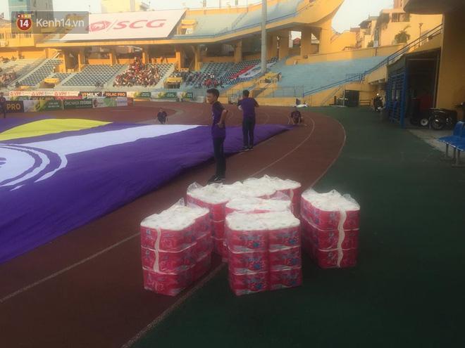 CĐV Hà Nội ném giấy vệ sinh trắng xóa khán đài sân Hàng Đẫy - Ảnh 2.