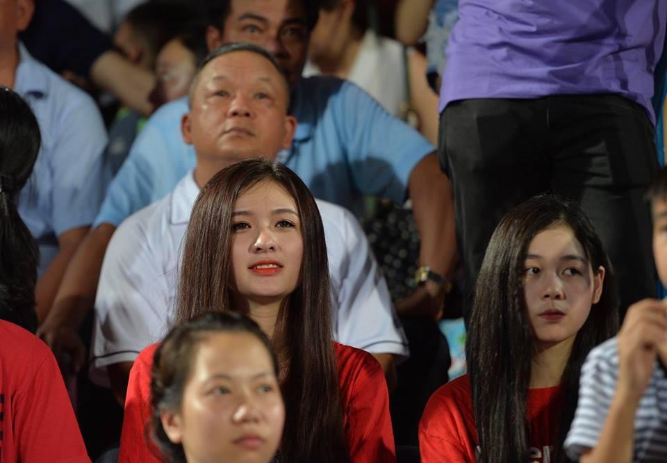 CĐV Hà Nội ném giấy vệ sinh trắng xóa khán đài sân Hàng Đẫy - Ảnh 6.