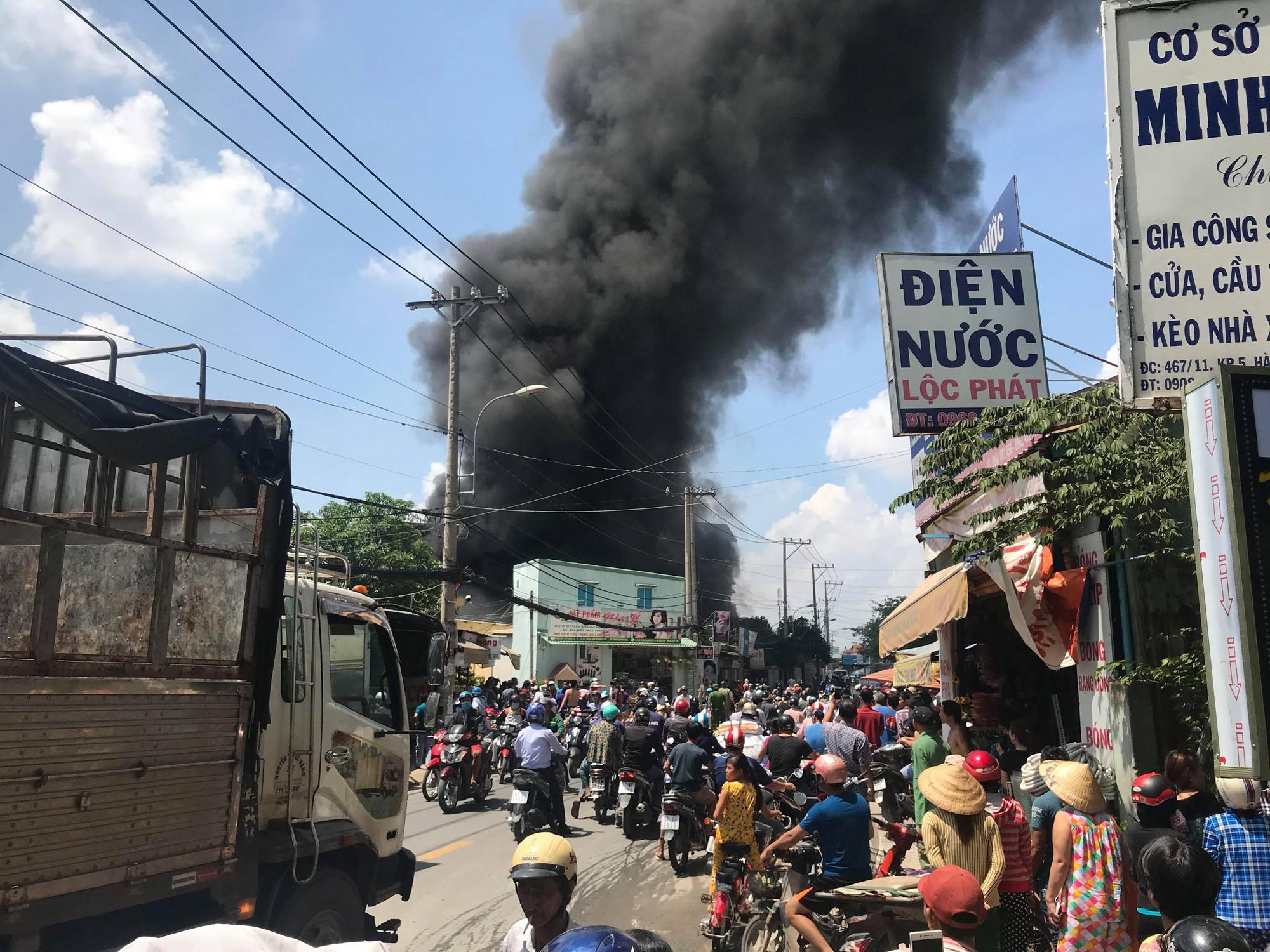 Cháy lớn ở cơ sở sản xuất thùng xốp ở Sài Gòn, người dân tháo chạy tán loạn - Ảnh 1.