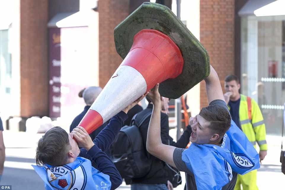 100.000 CĐV Man City xuống đường mừng chức vô địch của thầy trò Pep Guardiola - Ảnh 7.