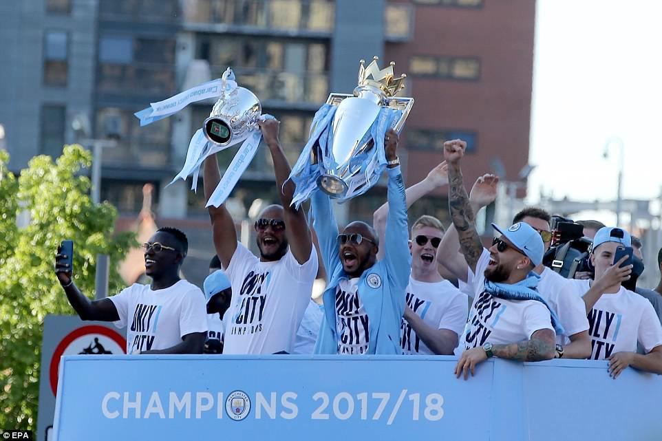 100.000 CĐV Man City xuống đường mừng chức vô địch của thầy trò Pep Guardiola - Ảnh 3.