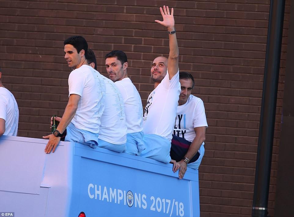100.000 CĐV Man City xuống đường mừng chức vô địch của thầy trò Pep Guardiola - Ảnh 5.