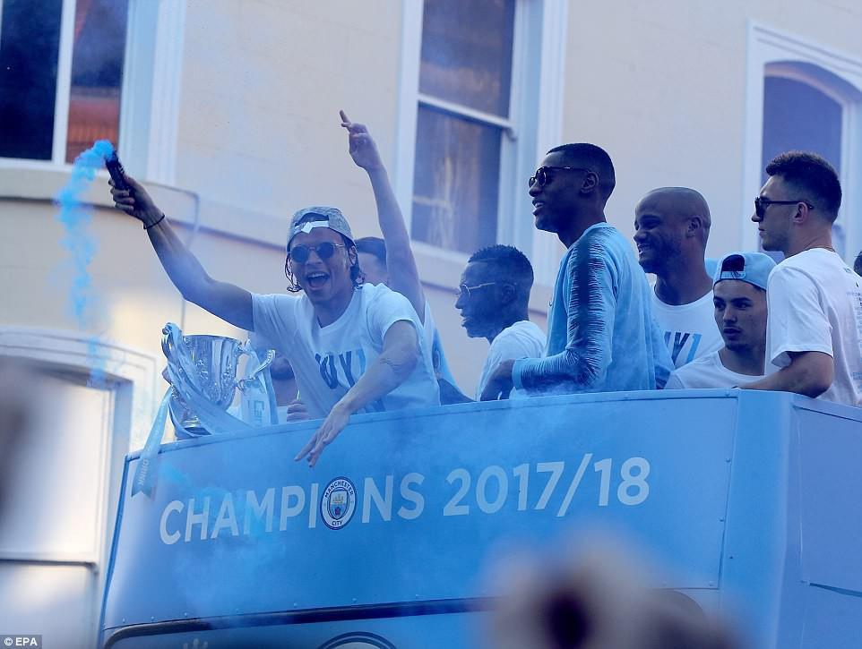 100.000 CĐV Man City xuống đường mừng chức vô địch của thầy trò Pep Guardiola - Ảnh 4.